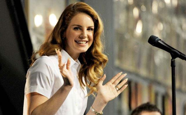 Lana del Rey va a un karaoke para cantar sus propias canciones