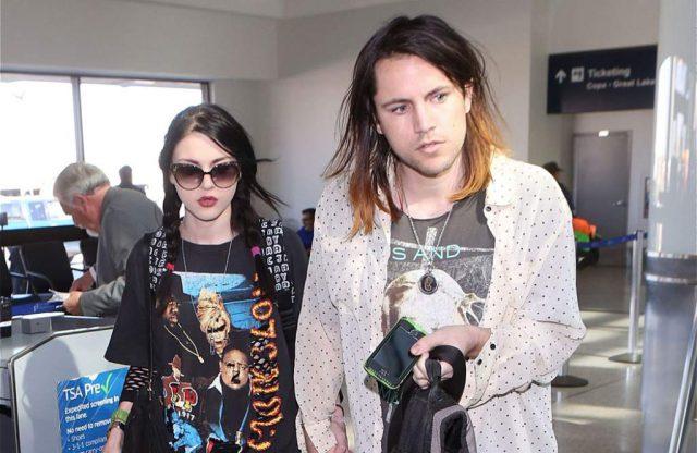 En divorcio, Frances Bean Cobain pierde guitarra de su padre